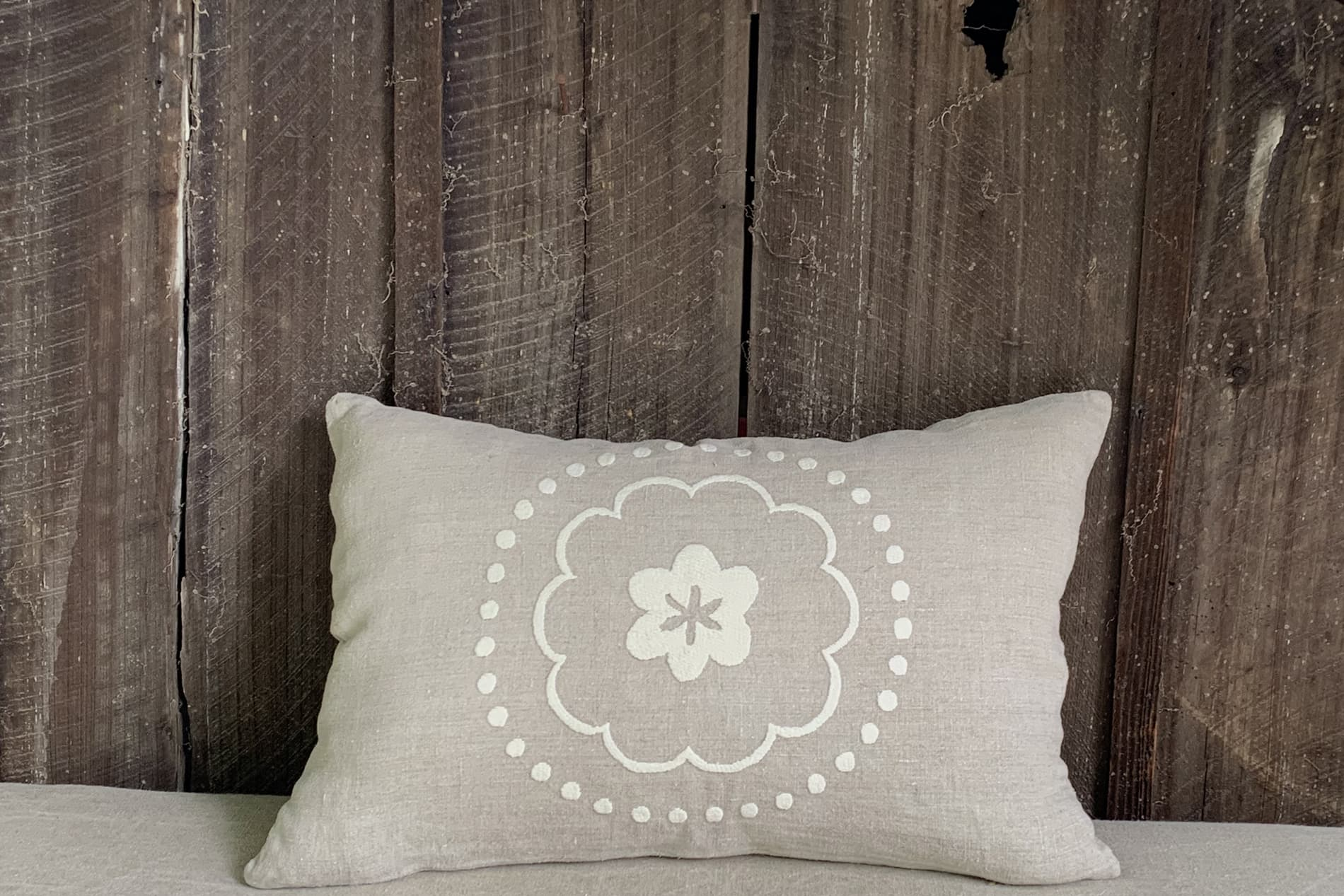 coussin style campagne chic en lin brodé