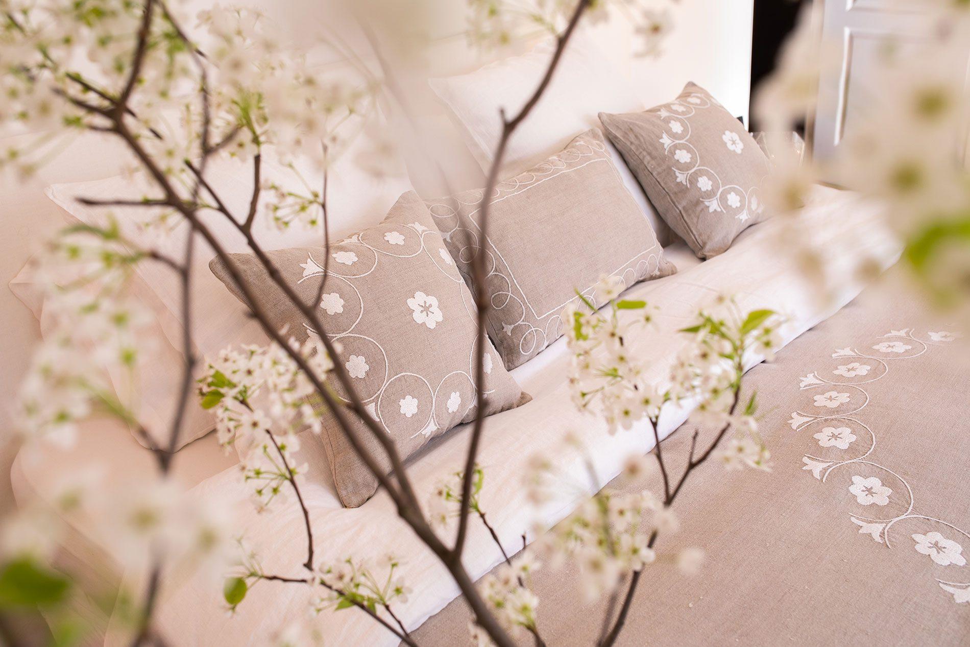 Couvre lit romantique Shamya en lin brodé
