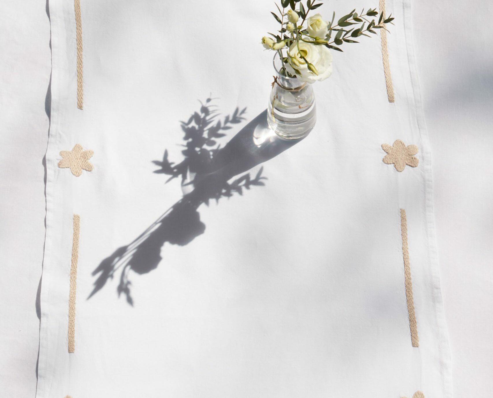 chemin de table brodé en lin blanc