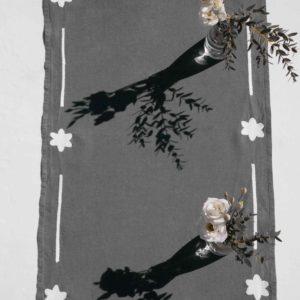 chemin de table brodé en lin gris anthracite