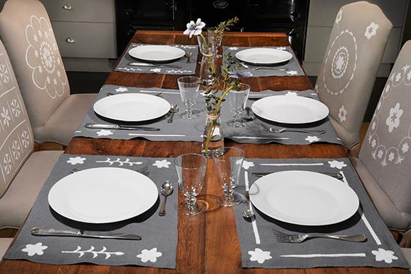 Set de table gris et blanc
