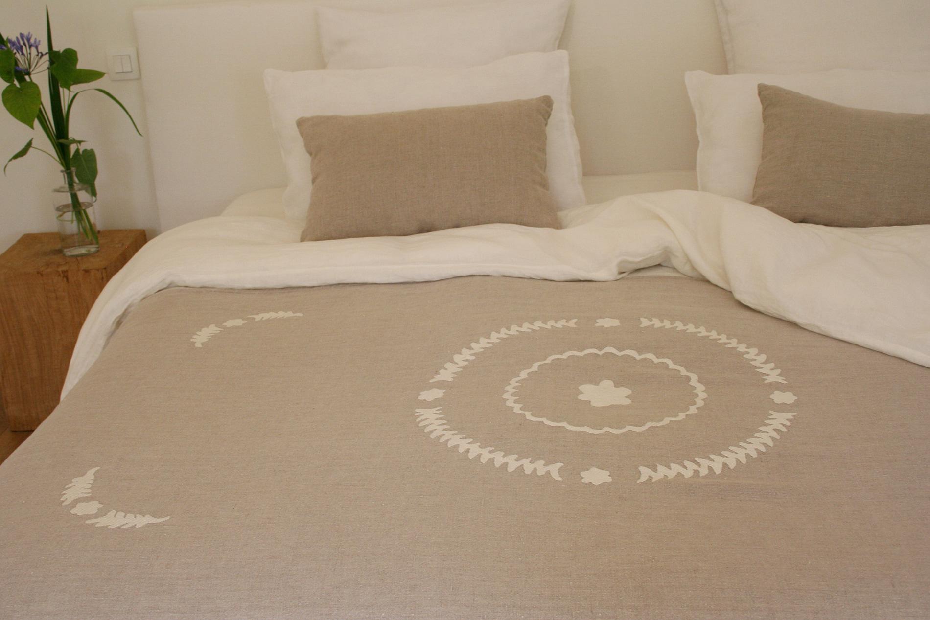 boutis couvre lit en lin brodé main