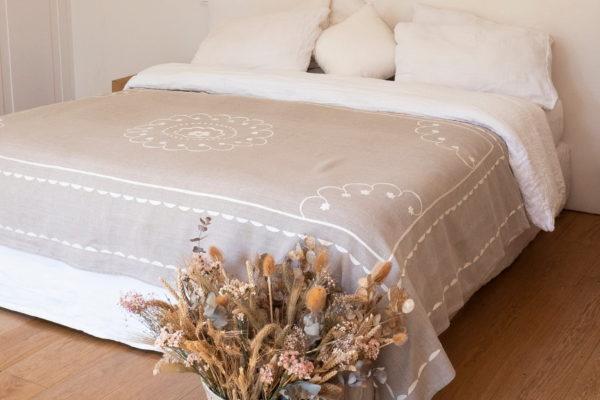 jeté de lit en lin naturel brodé main