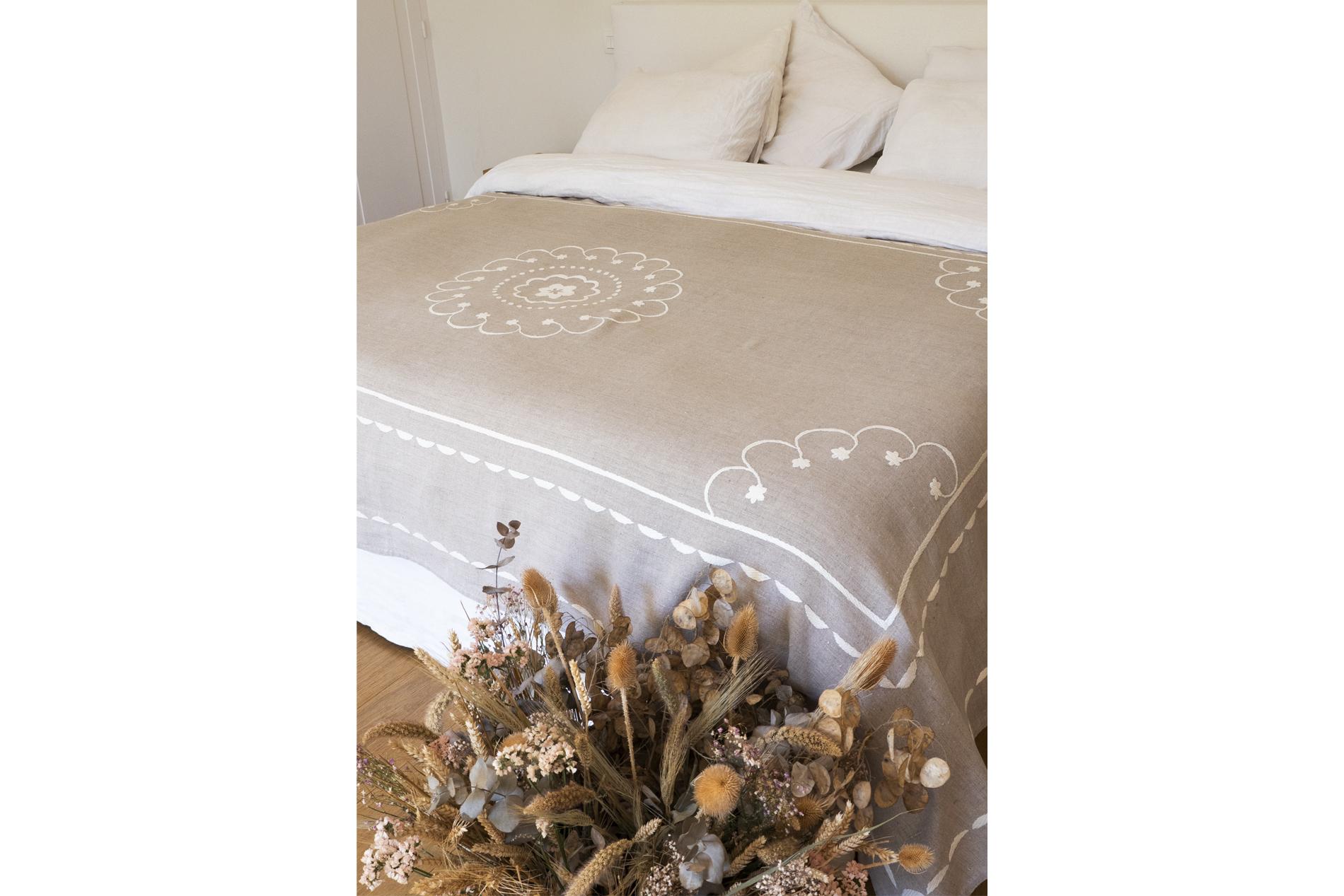jeté de lit en lin naturel brodé à la main